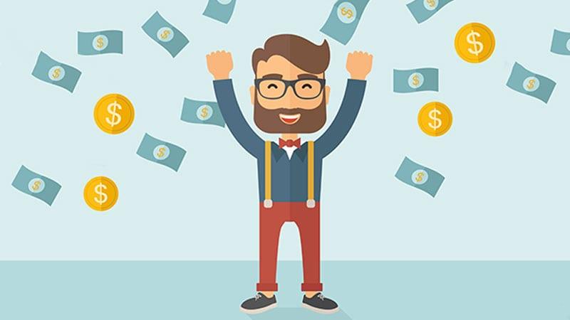 Ein Mann mit Bart und Brille hebt freudig die Arme, während Dollar-Noten und -Münzen auf ihn herabregnen.