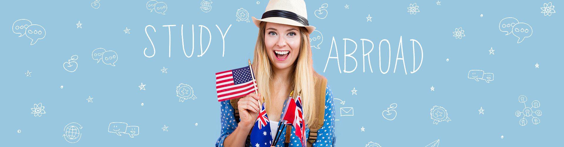 junge Frau mit amerikanischem Fähnchen und Symbolen zum Thema Auslandsstudium