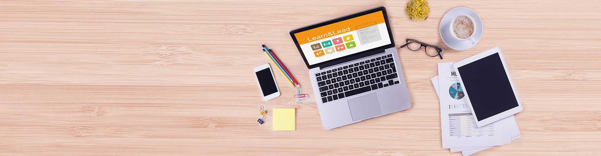 digitales Lernen mit Laptop, Tablet und Smartphone