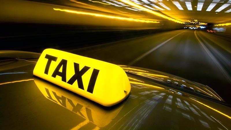 Ein Taxi fährt mit hoher Geschwindigkeit durch einen Tunnel.