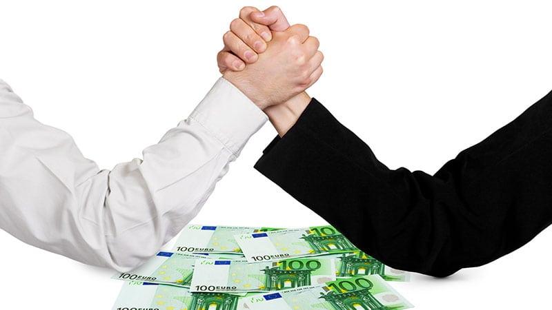 Zwei Männer machen Armdrücken auf Hundert-Euro-Scheinen.