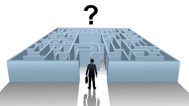 Ein Mann mit Aktentasche steht vor einem Labyrinth, darüber ein Fragezeichen.