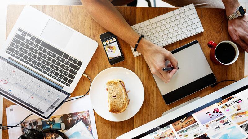 Arbeitsplatz mit verschiedenenen technischen Geräten